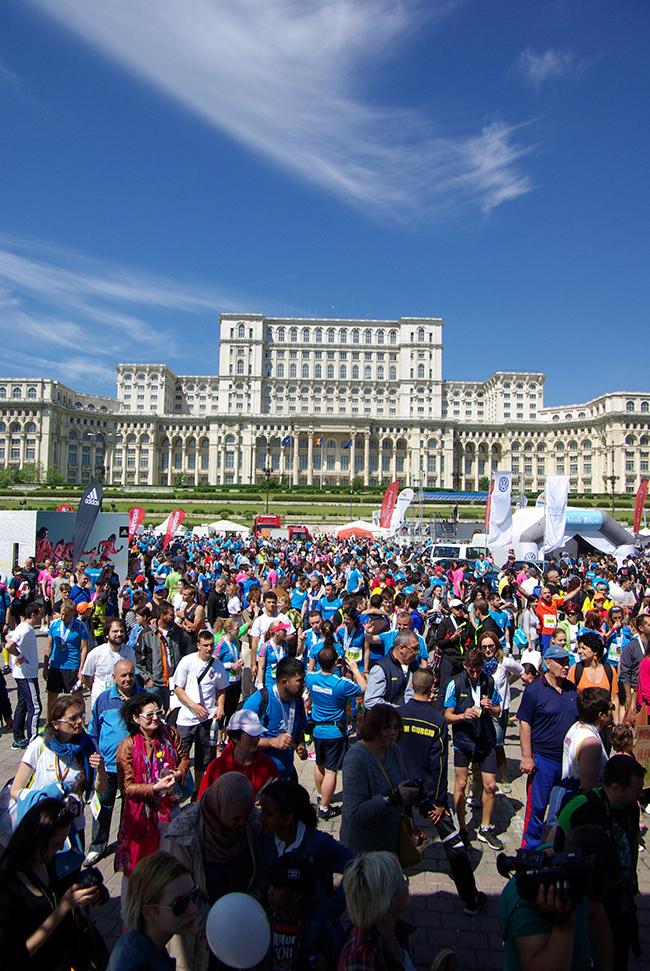 Piata Constitutiei. In fundal - Palatul Parlamentului. (© PhotoRun - by Bucharest Running Club)
